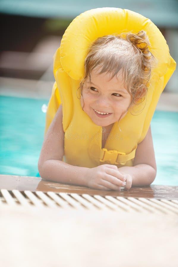 Mała dziewczynka w nadmuchiwany kamizelkowym zdjęcie royalty free