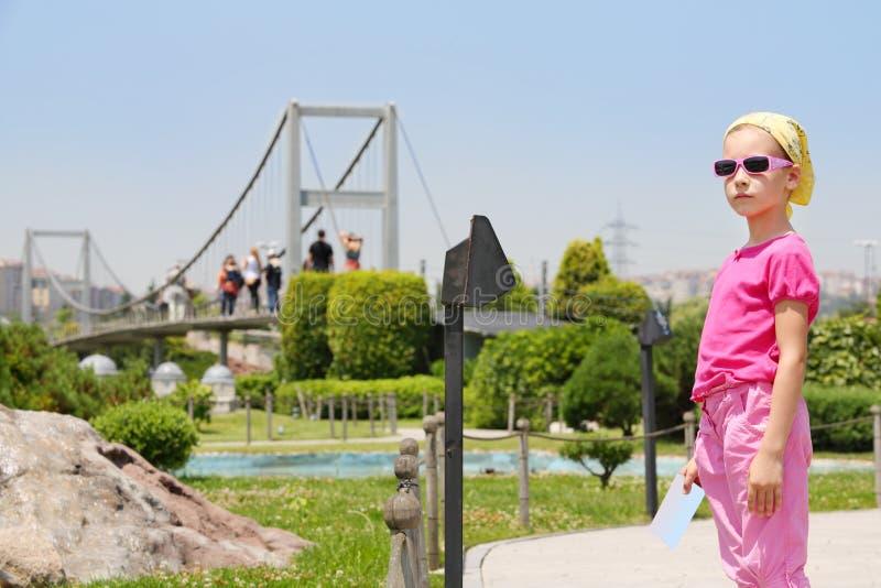 Mała dziewczynka w okularów przeciwsłonecznych spojrzeniach przy odległością w Miniaturk muzeum obraz royalty free