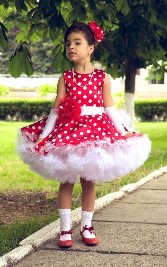 Mała Dziewczynka w polki kropki sukni obraz stock