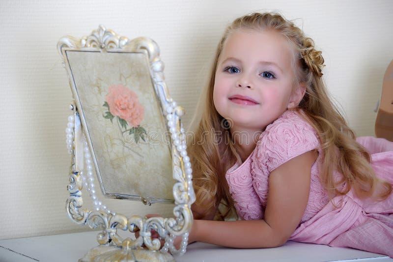 Mała dziewczynka w różowej sukni zdjęcie stock