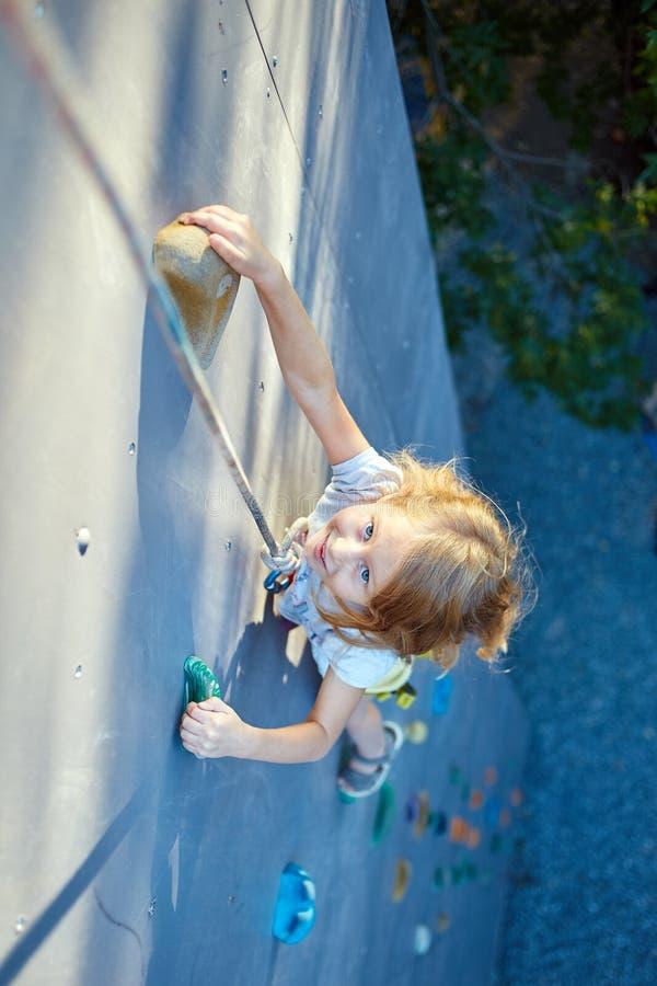 Download Mała Dziewczynka W Rockowego Pięcia Gym Zdjęcie Stock - Obraz złożonej z góra, arywista: 57664526
