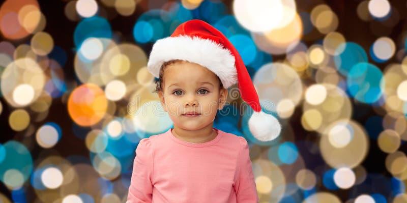 Mała dziewczynka w Santa kapeluszu przy bożymi narodzeniami obraz royalty free