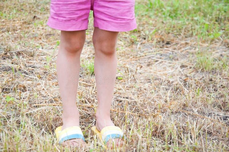 Mała dziewczynka w skrótach i klap stać fotografia stock