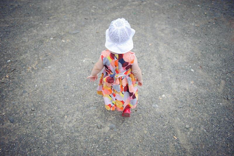 Mała dziewczynka w smokingowym i biały kapeluszowym odprowadzeniu fotografia stock