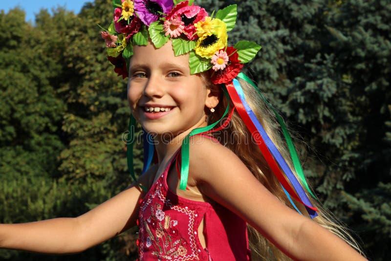 Mała dziewczynka w wianku zdjęcia royalty free