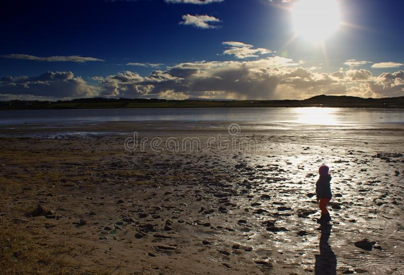 Mała dziewczynka w zatoce obrazy royalty free