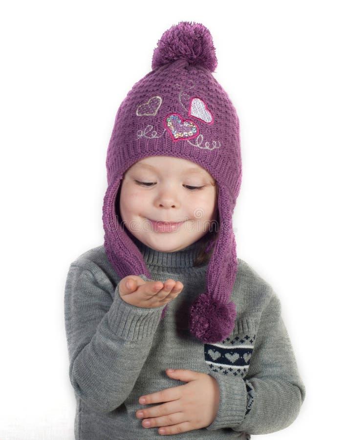 Mała dziewczynka w zimie odziewa z pustą ręką fotografia royalty free