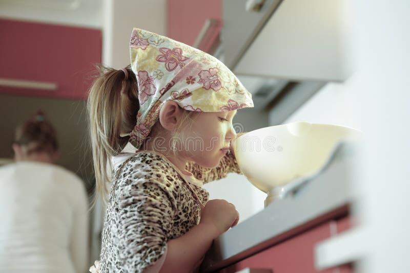 Mała dziewczynka waży mąkę dla urodzinowego torta obraz stock