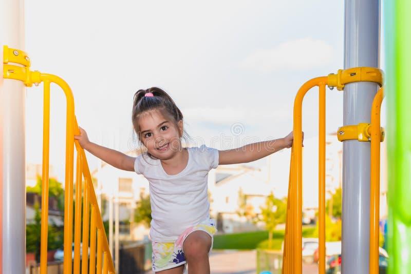 Mała dziewczynka wiąże wspinać się od kruszcowych schodków barów obrazy stock