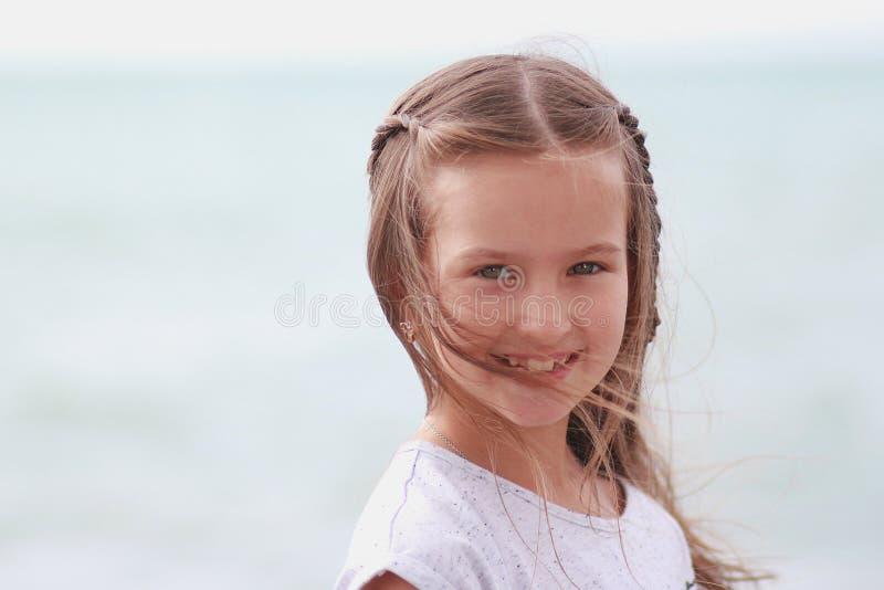 Mała dziewczynka wyłania się w wiatrowym włosy obrazy royalty free