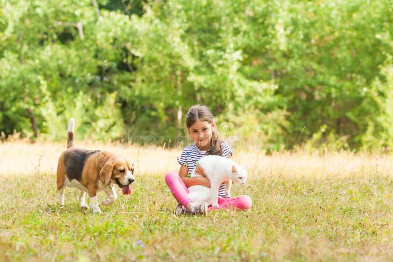 Mała dziewczynka wydaje czas z pies i kot obrazy royalty free