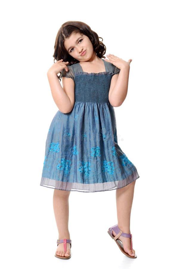 Mała dziewczynka z śliczną pozą zdjęcia royalty free