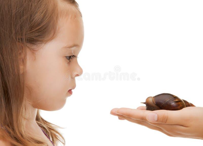 Mała dziewczynka z ślimaczkiem fotografia stock