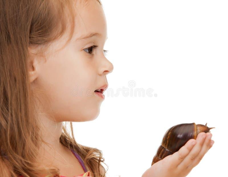 Mała dziewczynka z ślimaczkiem zdjęcie royalty free