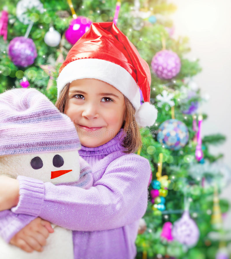 Mała dziewczynka z bałwan zabawką zdjęcie stock