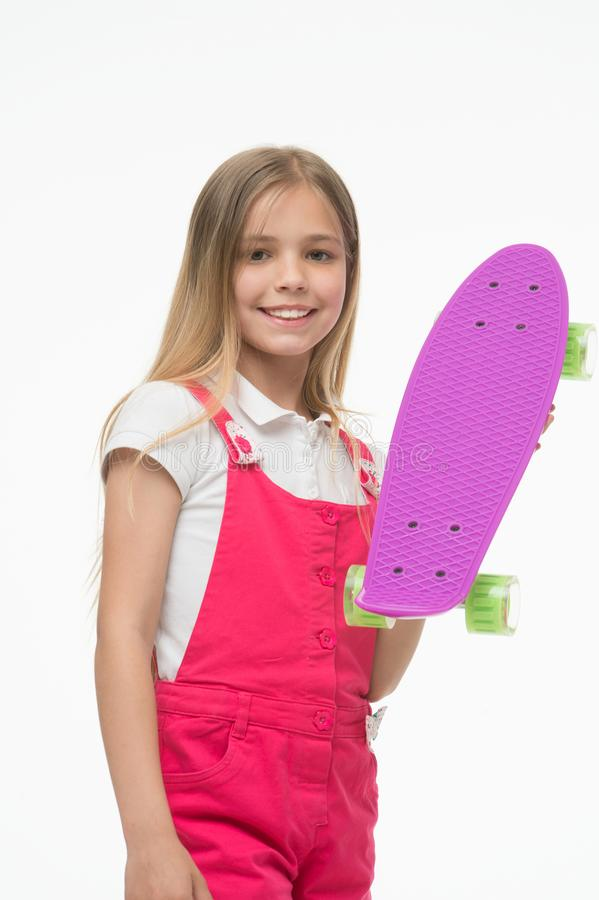 Mała dziewczynka z cent deską Dziewczyny łyżwiarka z centu deskorolka Mały modnisia deskorolkarz Śliczny modniś Cieszy się klimat fotografia stock
