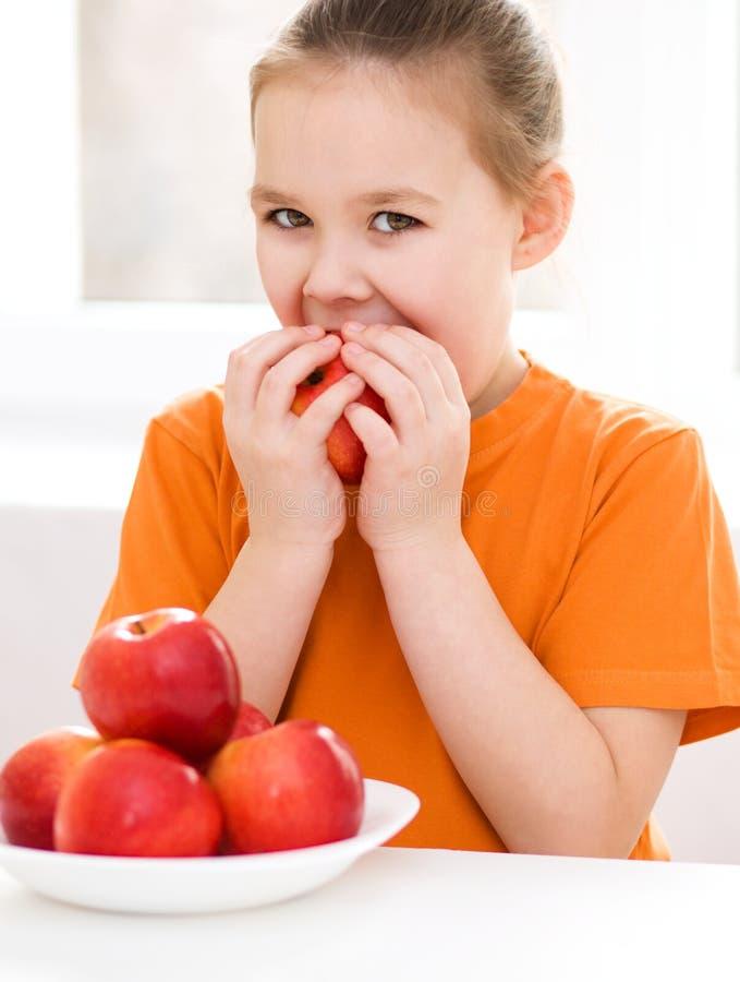 Mała dziewczynka z czerwonym jabłkiem fotografia stock