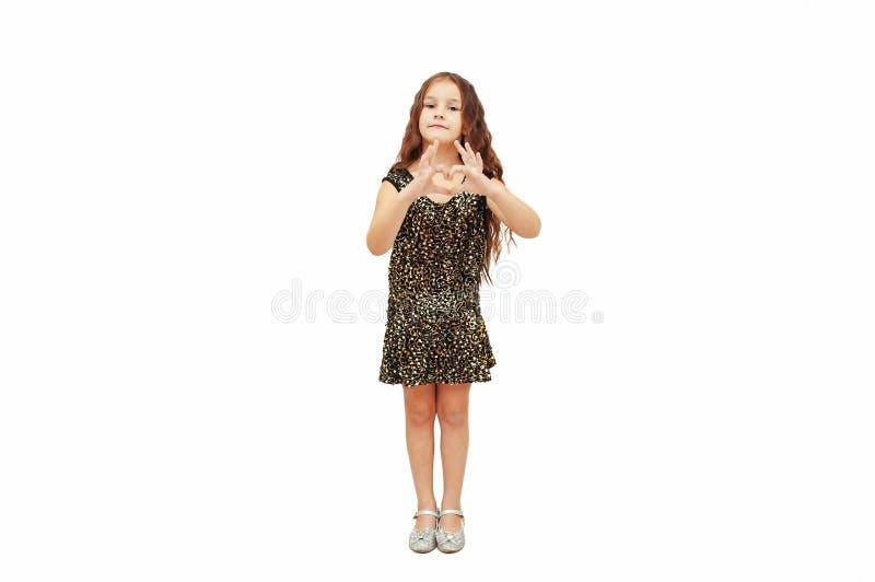 Mała dziewczynka z długie włosy chwytami jej ręki w kierowym kształcie zdjęcie royalty free