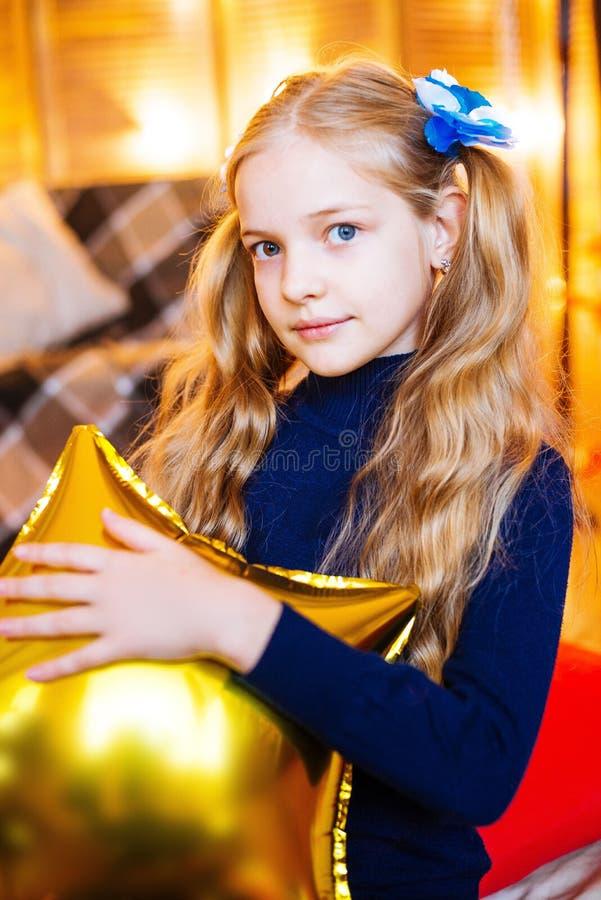 Mała dziewczynka z długim blondynem z balonem w ona ręki zdjęcia stock