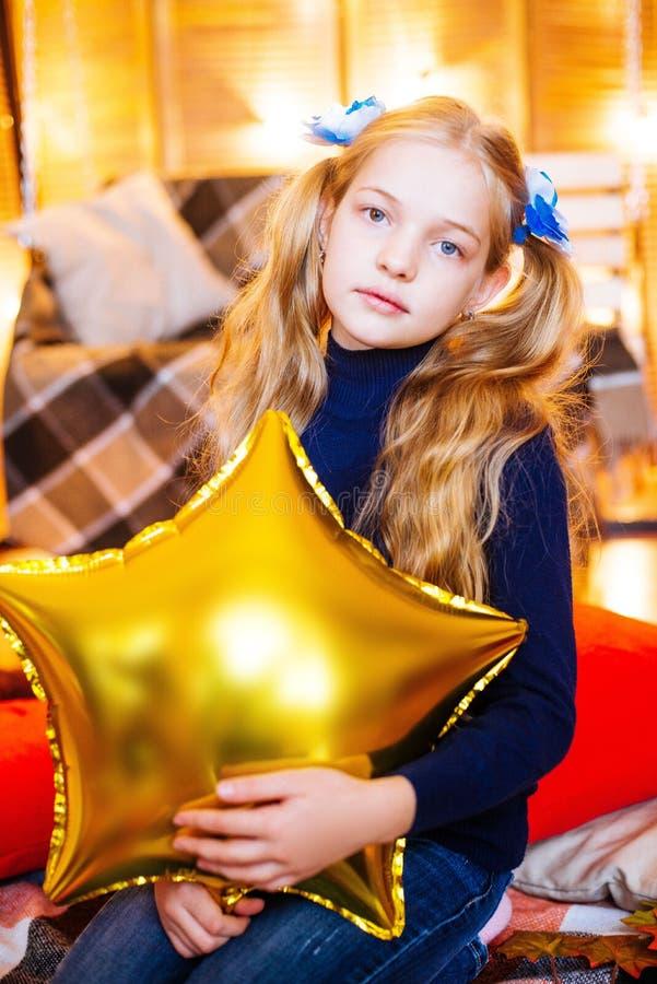 Mała dziewczynka z długim blondynem z balonem w ona ręki zdjęcia royalty free