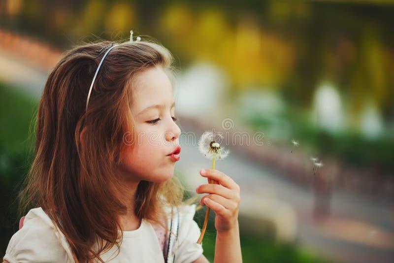Mała dziewczynka z dandelion w parku zdjęcia royalty free