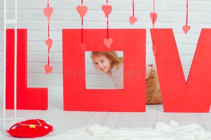 Mała dziewczynka z dekoraci walentynki dniem obrazy royalty free