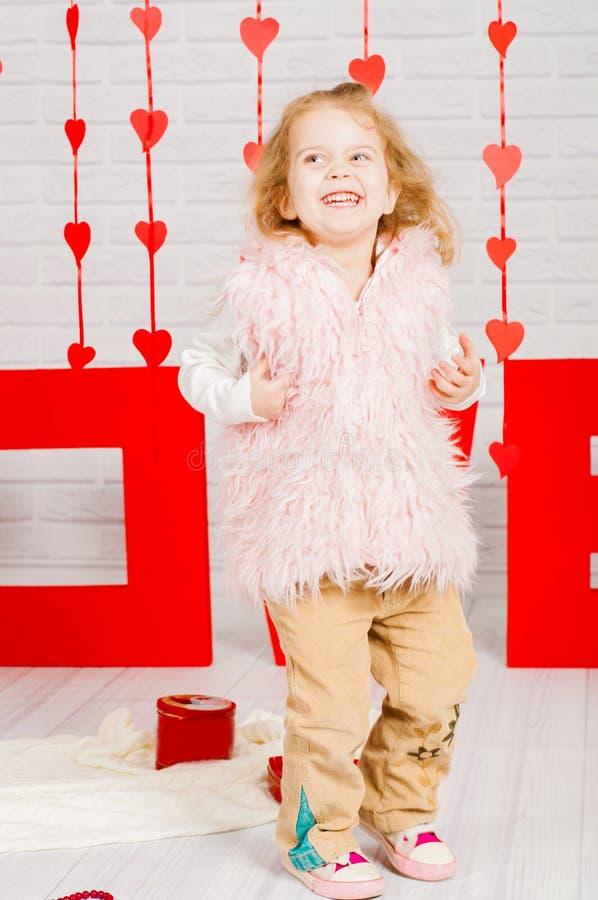 Mała dziewczynka z dekoraci walentynki dniem obrazy stock