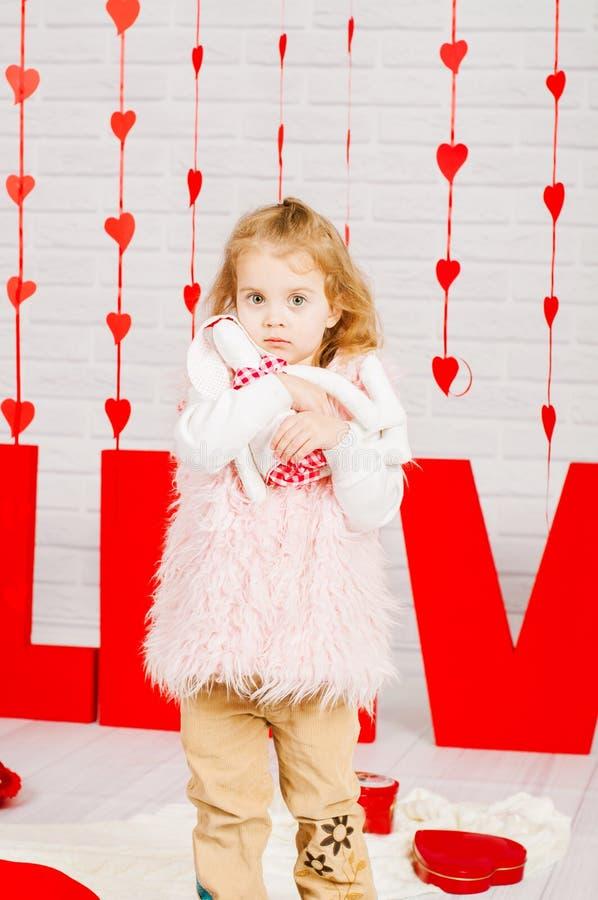 Mała dziewczynka z dekoraci walentynki dniem zdjęcia stock