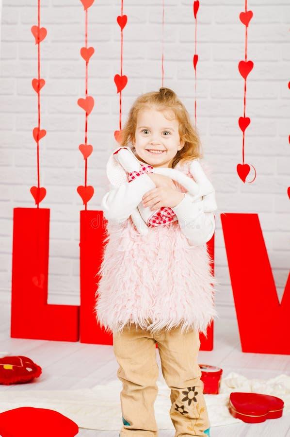 Mała dziewczynka z dekoraci walentynki dniem zdjęcie royalty free