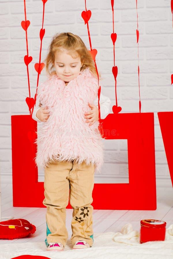 Mała dziewczynka z dekoraci walentynki dniem obraz royalty free