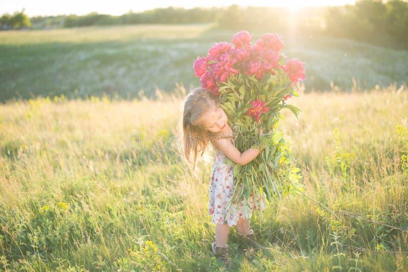Mała dziewczynka z dużym bukietem zdjęcia stock
