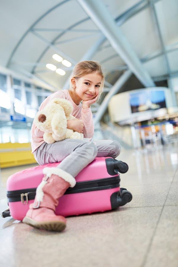 Mała dziewczynka z faszerującym zwierzęciem czeka w śmiertelnie zdjęcia stock