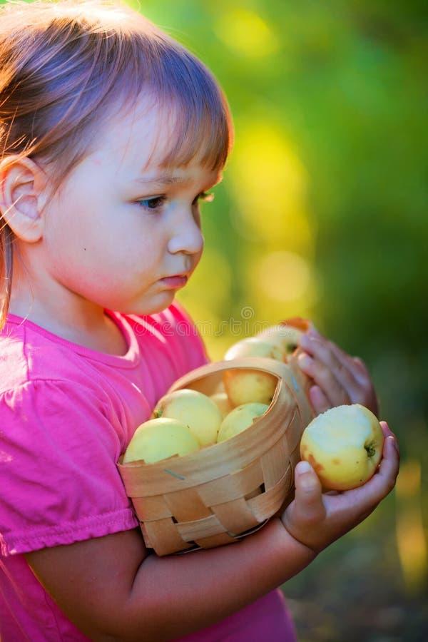 Mała dziewczynka z jabłkami zdjęcie royalty free