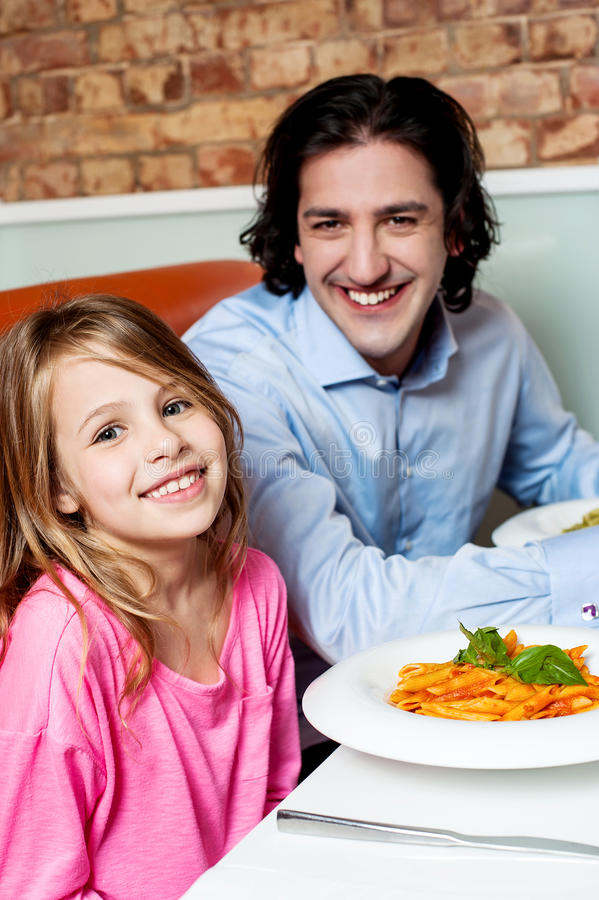 Mała dziewczynka z jej ojcem w restauraci zdjęcie royalty free