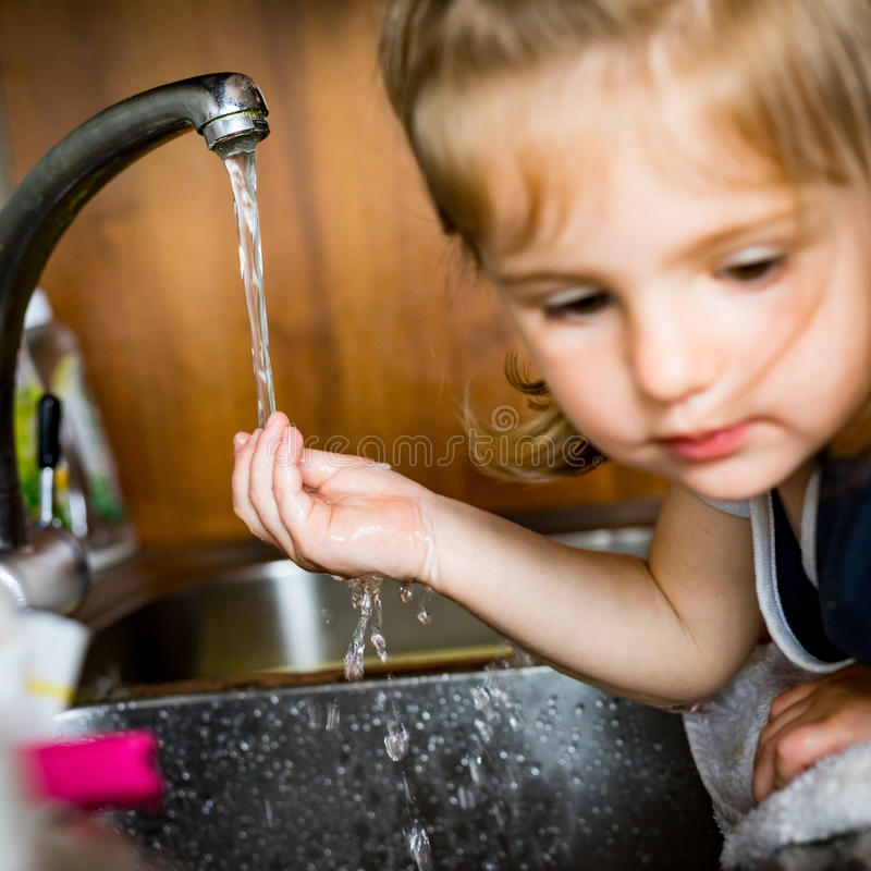 Mała dziewczynka z jej ręką pod wodą fotografia royalty free