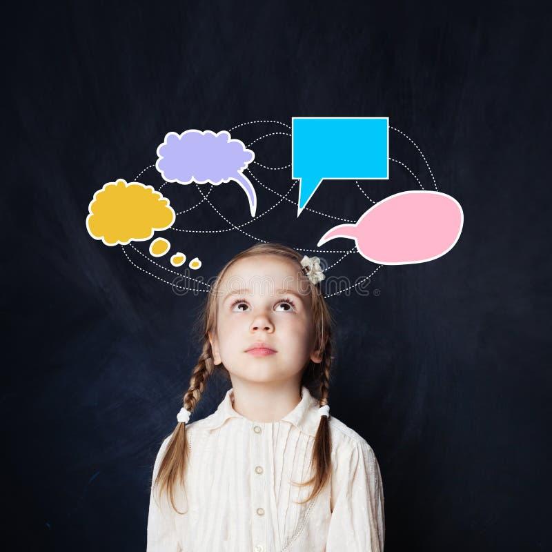 Mała dziewczynka z kolorową mową chmurnieje kredowego rysunek obraz royalty free