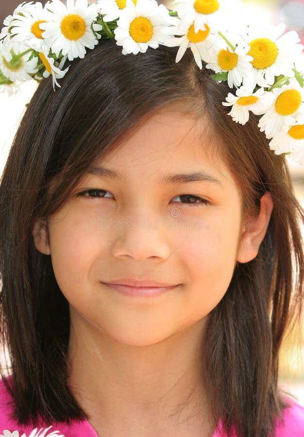 Mała dziewczynka z koroną stokrotki zdjęcie royalty free