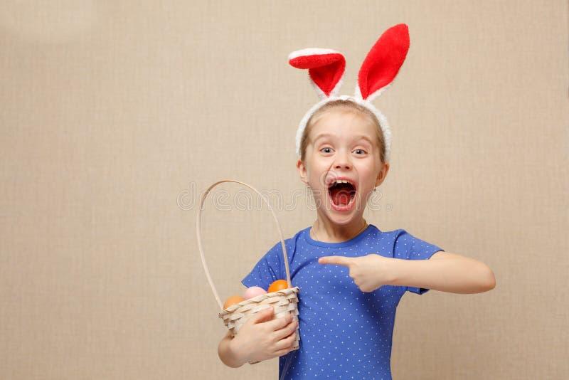 Mała dziewczynka z koszykowymi Wielkanocnymi jajkami fotografia stock