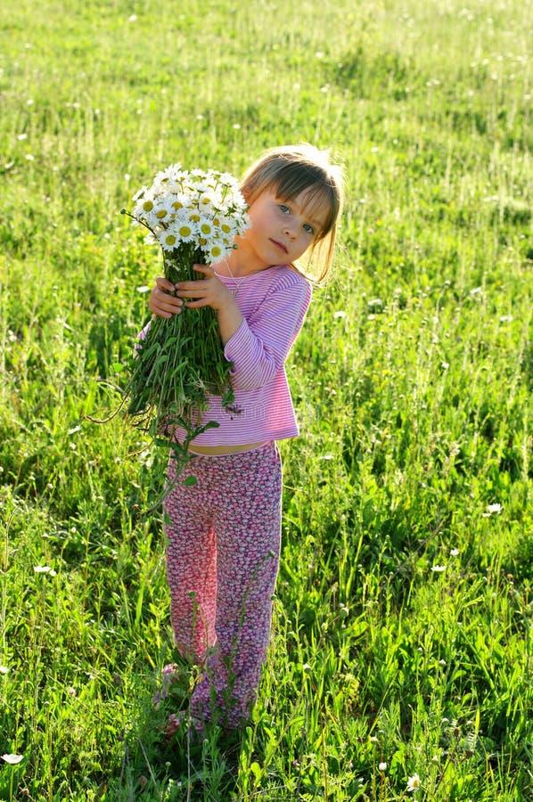 Mała dziewczynka z kwiatami zdjęcia royalty free