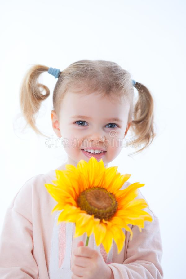 Mała dziewczynka z kwiatami i prezentem zdjęcia royalty free