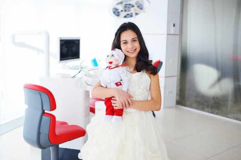 Mała dziewczynka z lalą na tle klinika zdjęcie stock