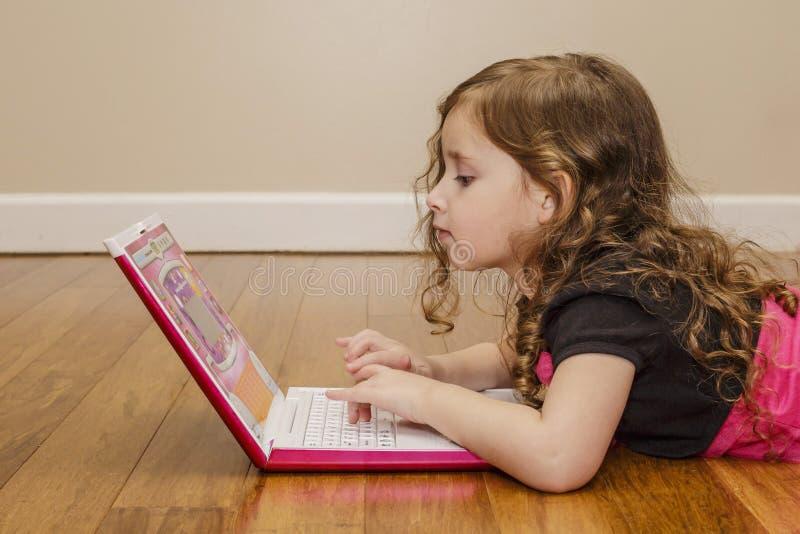 Mała dziewczynka z laptopem zdjęcia royalty free