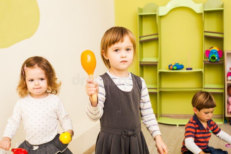Mała dziewczynka z marakasami obrazy royalty free