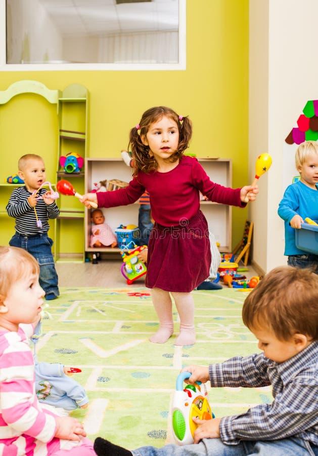 Mała dziewczynka z marakasami zdjęcie stock