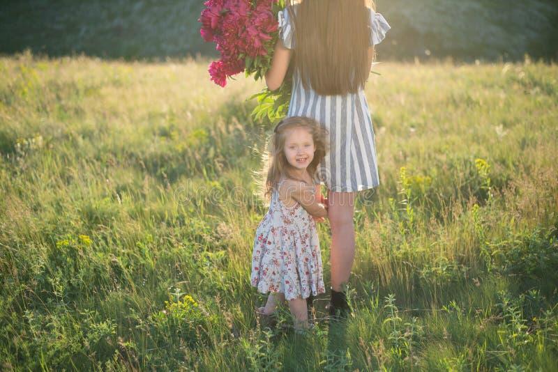Mała dziewczynka z matką obraz royalty free