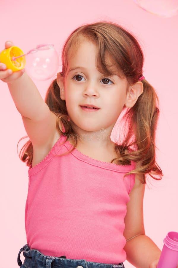 Mała dziewczynka z mydlanymi bąblami zdjęcie royalty free