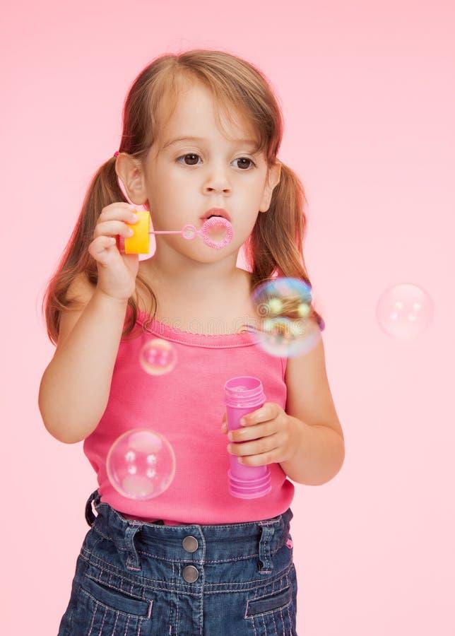 Mała dziewczynka z mydlanymi bąblami fotografia royalty free