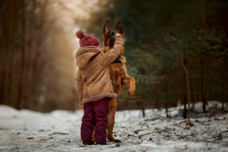 Mała dziewczynka z Niemieckiej bacy 6 th miesięcy szczeniakiem przy wczesną wiosną obrazy royalty free