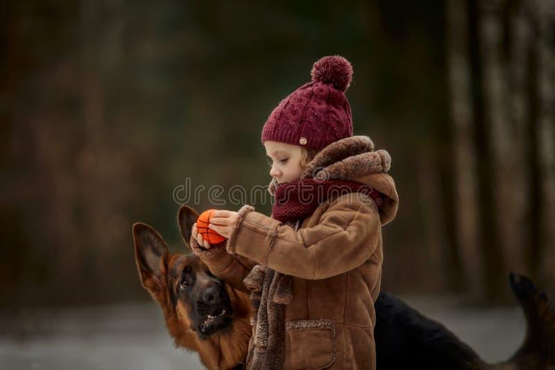 Mała dziewczynka z Niemieckiej bacy 6 th miesięcy szczeniakiem przy wczesną wiosną zdjęcie royalty free