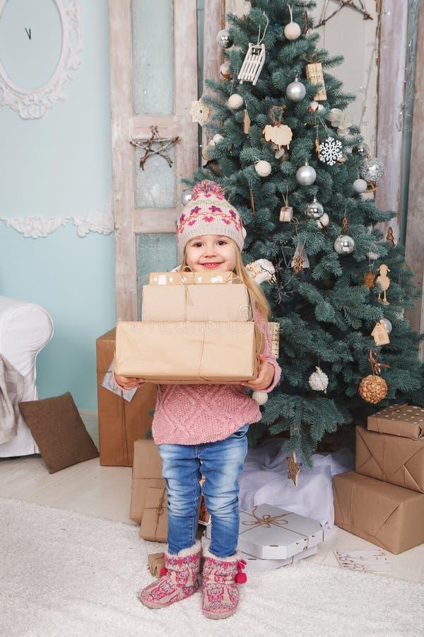 Mała dziewczynka z nowy rok prezentami zdjęcie royalty free